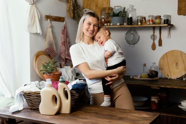 Mulher com tiro médio segurando um bebê