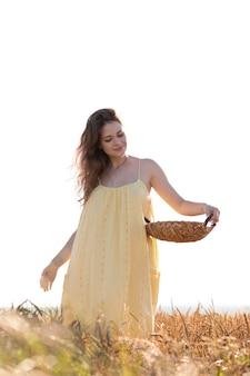 Mulher com tiro médio segurando uma cesta