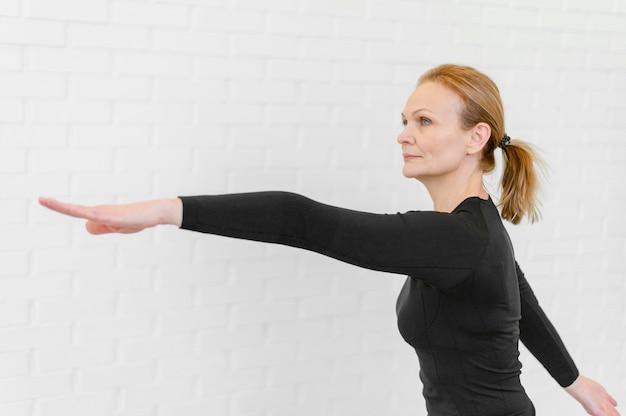 Mulher com tiro médio treinando dentro de casa