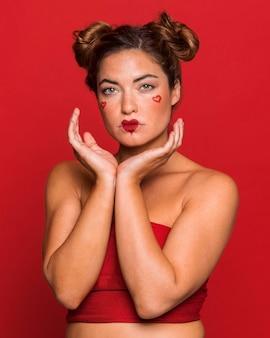 Mulher com tiro médio usando maquiagem