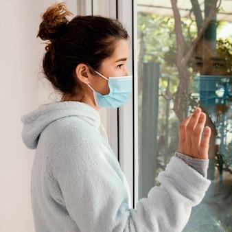 Mulher com tiro médio usando máscara facial