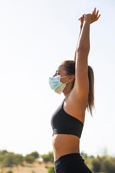 Mulher com tiro médio usando máscara médica