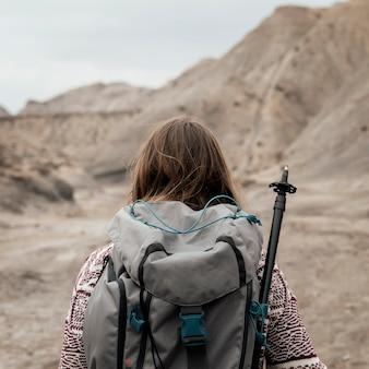 Mulher com tiro médio usando mochila