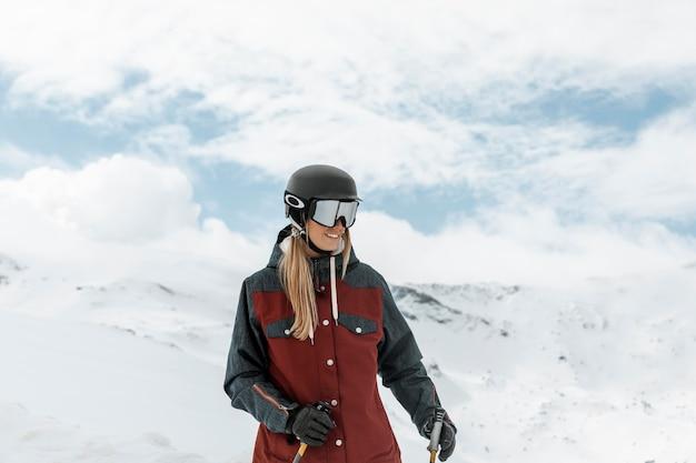 Mulher com tiro médio usando óculos de proteção