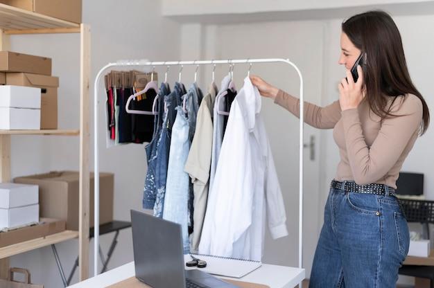 Mulher com tiro médio verificando roupas