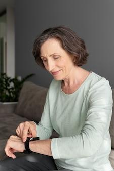 Mulher com tiro médio verificando smartwatch
