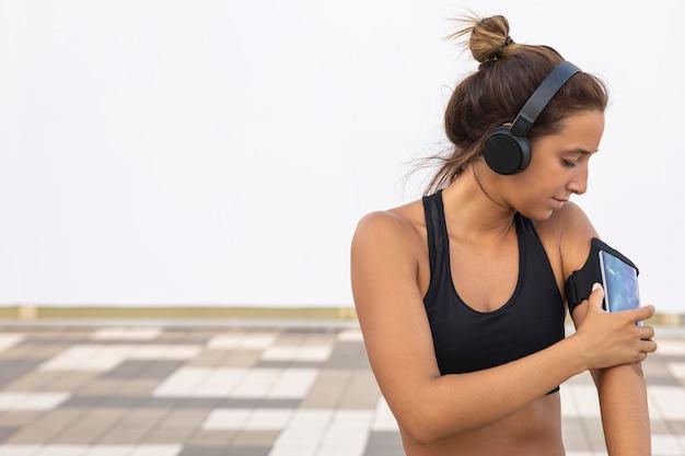 Mulher com tiro médio verificando telefone