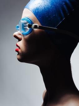 Mulher com toucas de natação vista lateral closeup esporte