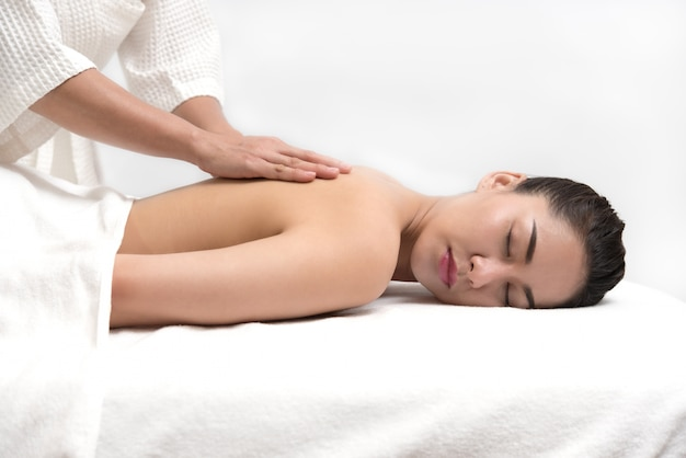 Mulher com tratamento de massagem corporal no spa Foto Premium