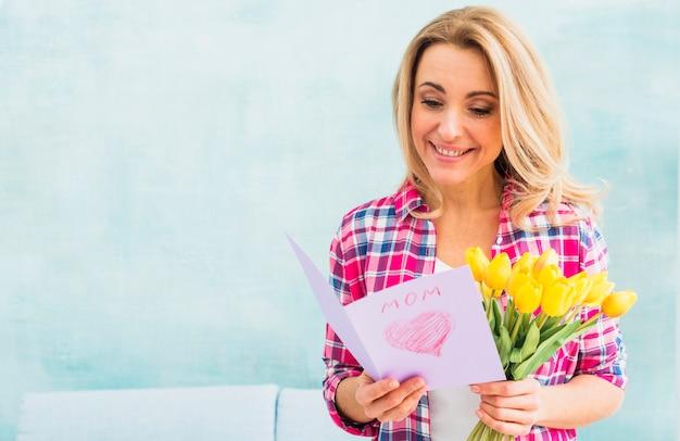 Mulher, com, tulips, leitura, cartão cumprimento