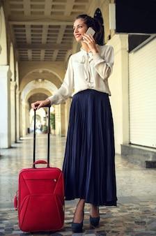 Mulher, com, um, bagagem vermelha