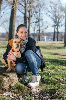 Mulher com um cachorro no parque