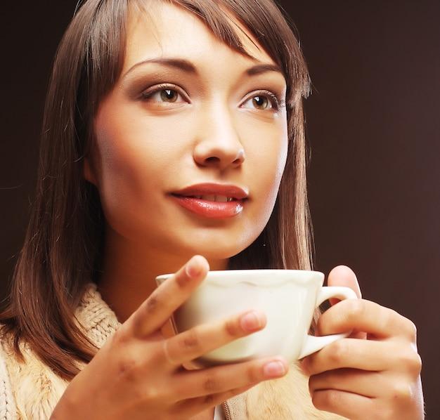 Mulher com um café aromático