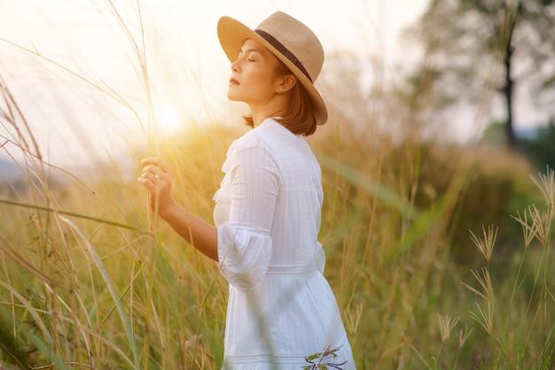 Mulher com um campo de grama à noite