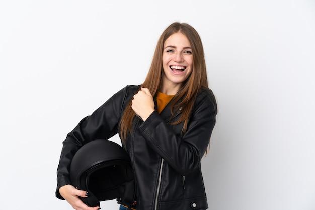 Mulher com um capacete de moto comemorando uma vitória