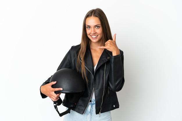 Mulher com um capacete de motocicleta sobre fundo branco isolado, fazendo gesto de telefone. ligue-me de volta sinal