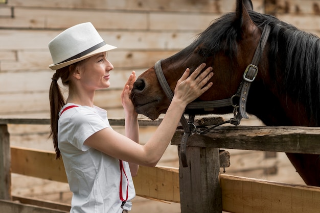 Mulher, com, um, cavalo, em, a, estável