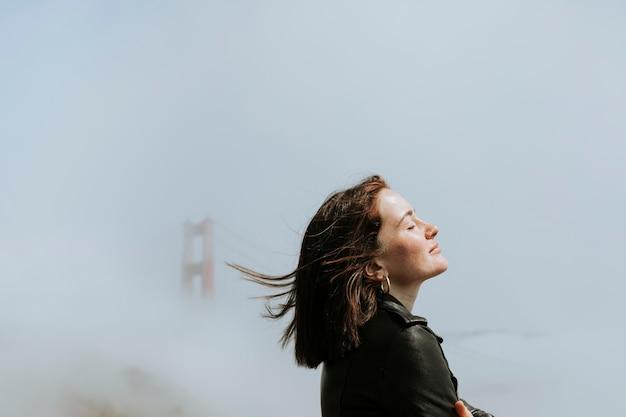 Mulher, com, um, enevoado, ponte dourada portão, são francisco