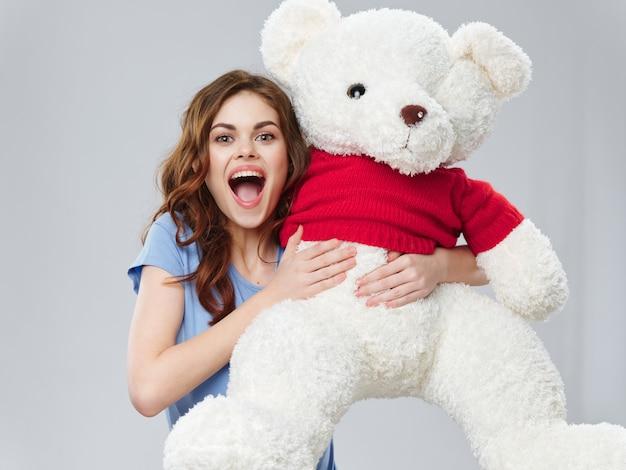 Mulher com um grande urso de pelúcia