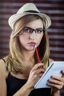 Mulher com um lápis e caderno