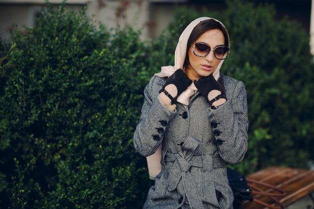 Mulher com um lenço na cabeça e luvas