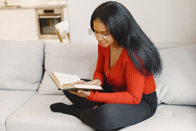 Mulher com um livro no sofá