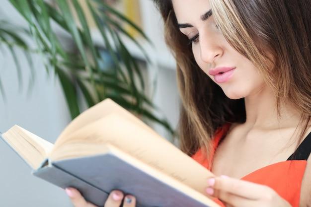 Mulher com um livro