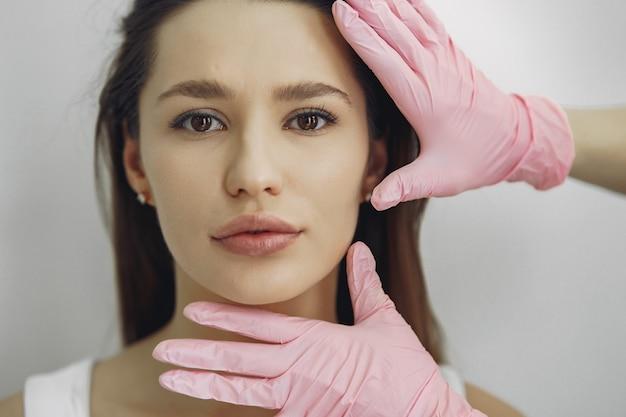 Mulher com um médico no estúdio de cosmetologia