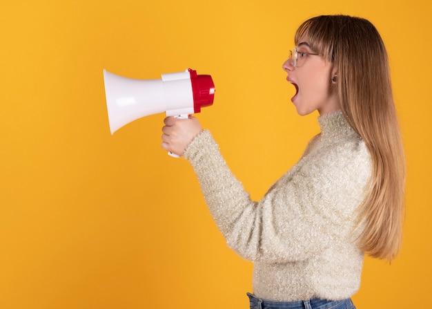 Mulher com um megafone gritando