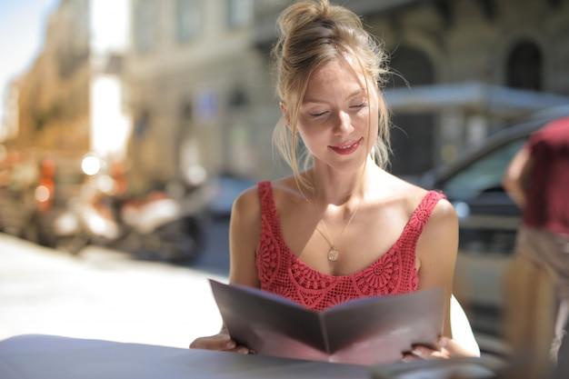 Mulher com um menu