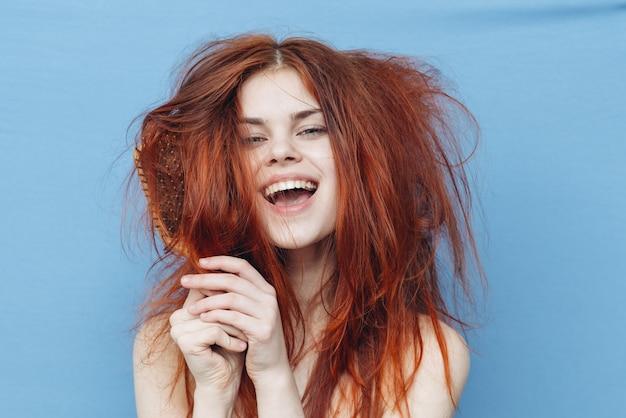 Mulher com um pente, cabelo malcriado, pontas duplas