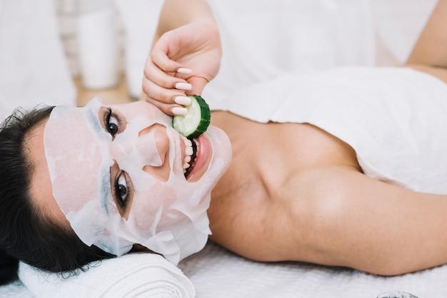 Mulher, com, um, pepino, máscara