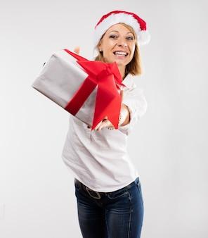 Mulher com um presente branca
