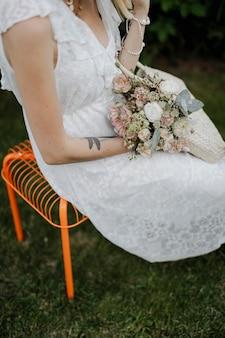 Mulher com um saco de tecido cheio de flores