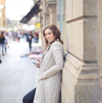 Mulher com um smartphone na cidade