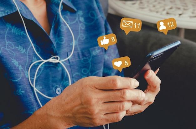 Mulher com um telefone celular, digitando e conversando. conceito de ícones de mídia social.