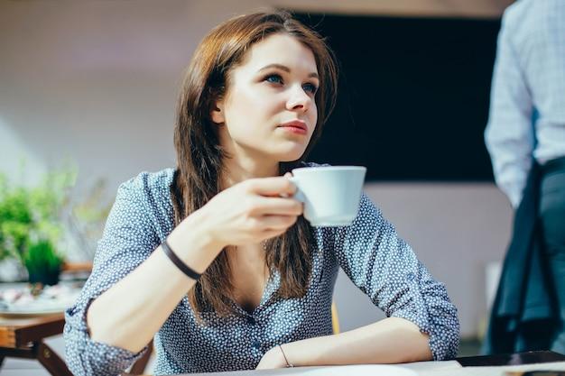 Mulher, com, um, xícara café