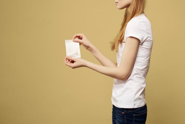 Mulher com uma almofada nas mãos, absorventes, dias das mulheres