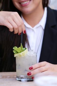 Mulher com uma bebida