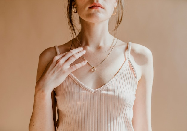 Mulher com uma blusa rosa claro