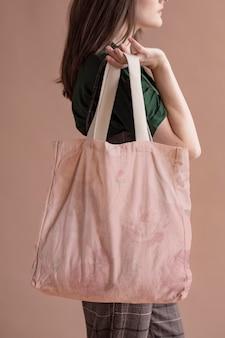 Mulher com uma bolsa rosa