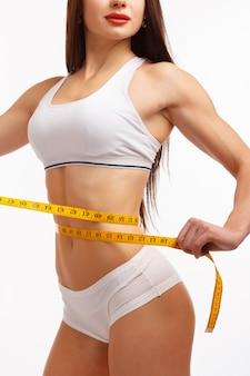 Mulher com uma cintura fita métrica medir