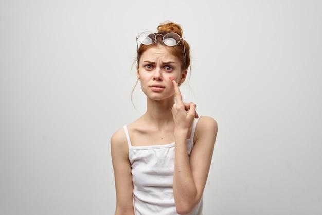 Mulher com uma espinha no rosto estúdio de cosmetologia
