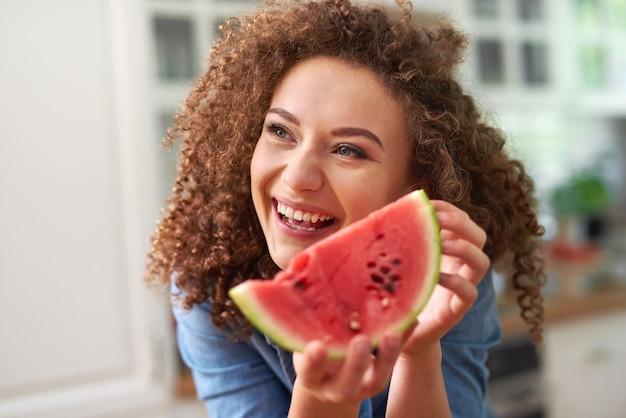 Mulher com uma fatia de melancia