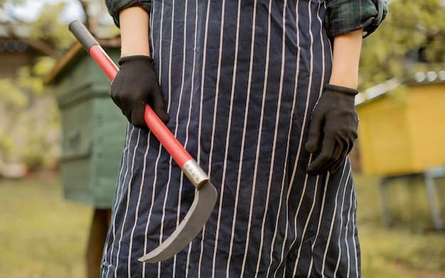 Mulher com uma ferramenta de corte