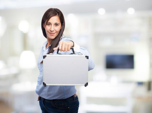 Mulher com uma mala de metal