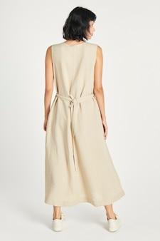 Mulher com uma maquete de vestido bege mínimo