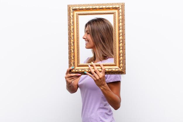 Mulher com uma moldura dourada
