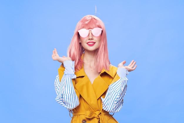 Mulher com uma peruca rosa e roupas da moda