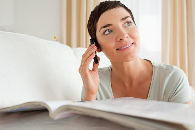 Mulher com uma revista chamada